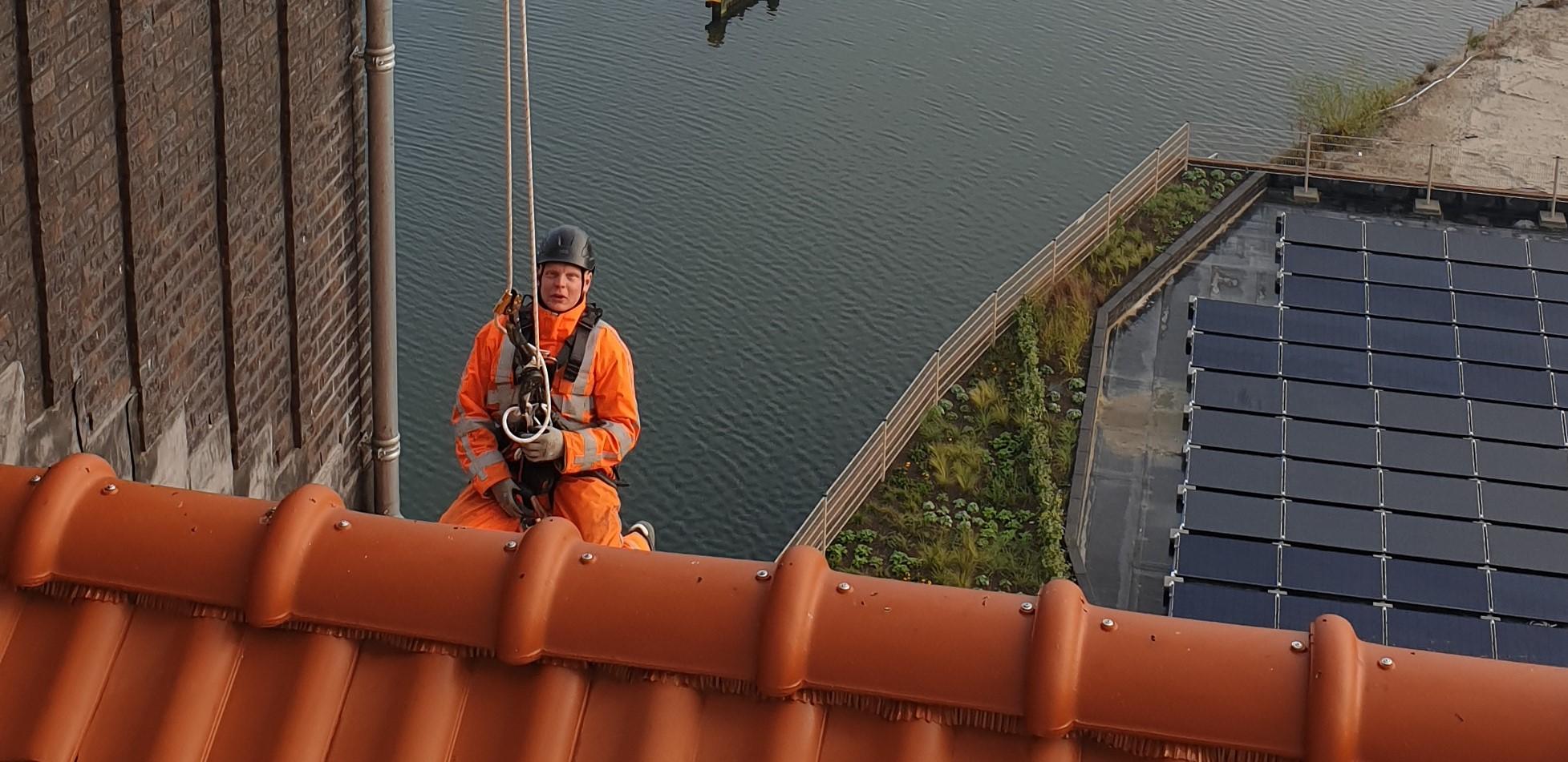 Spoedreparatie dakgoten Rope Access op hoogte - High Work Solutions