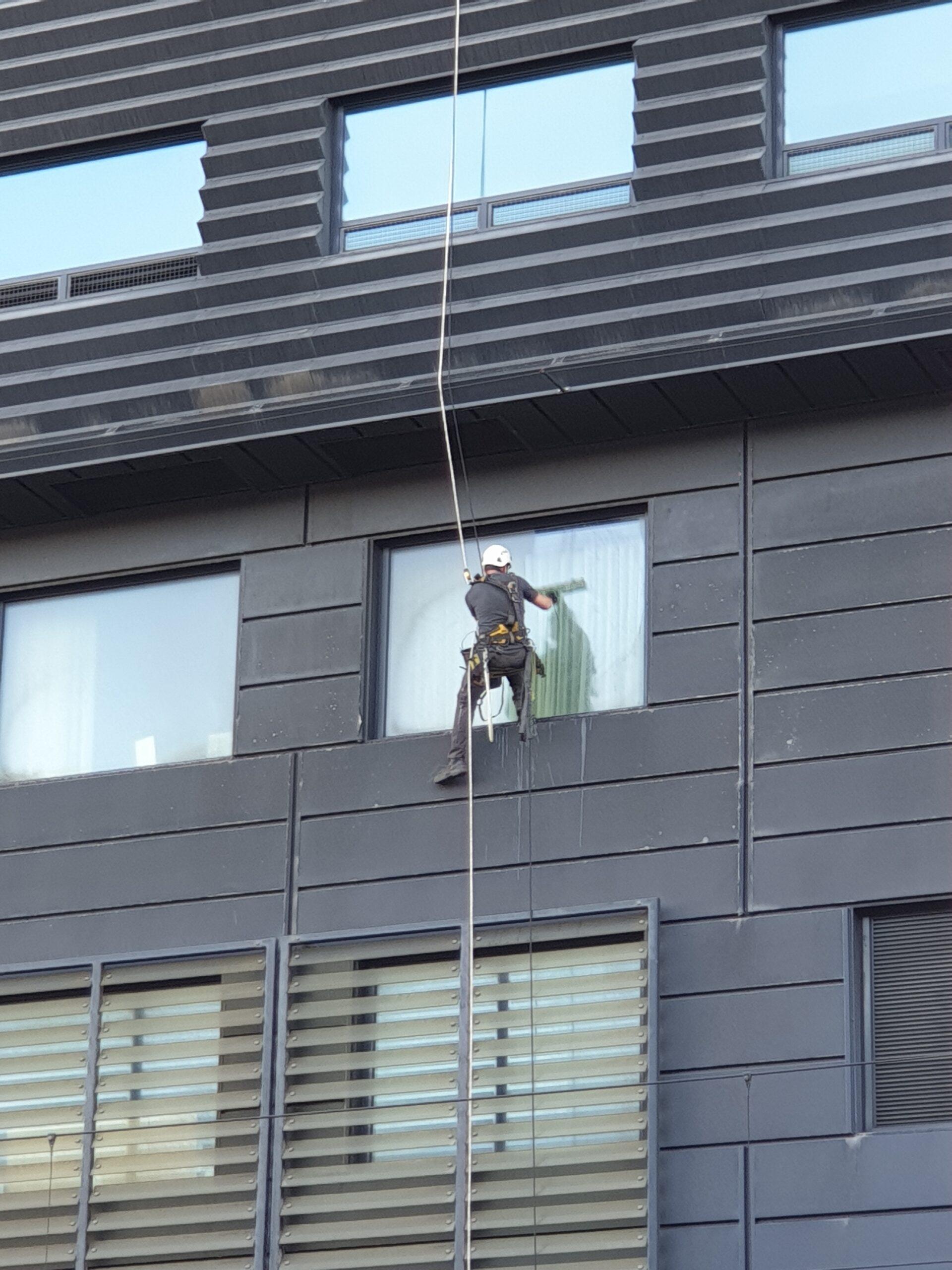 Ruiten bewassing / ramen wassen - Rope Access - op hoogte - High Work Solutions